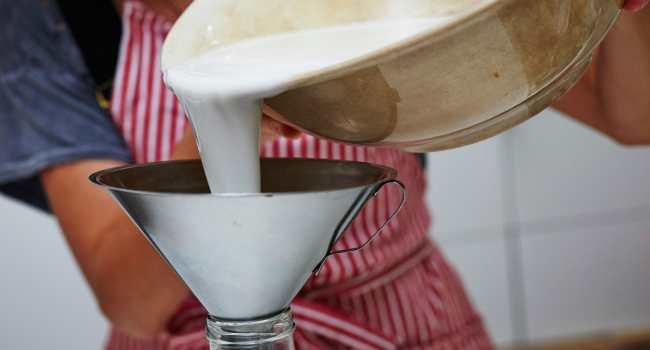 как сделать миндальное молоко-перелить в бутылку